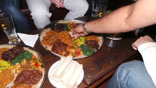 How to eat with injera